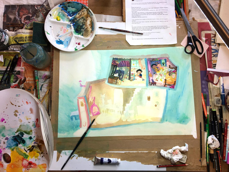 Foto van tekentafel vol schilderspullen en tekening