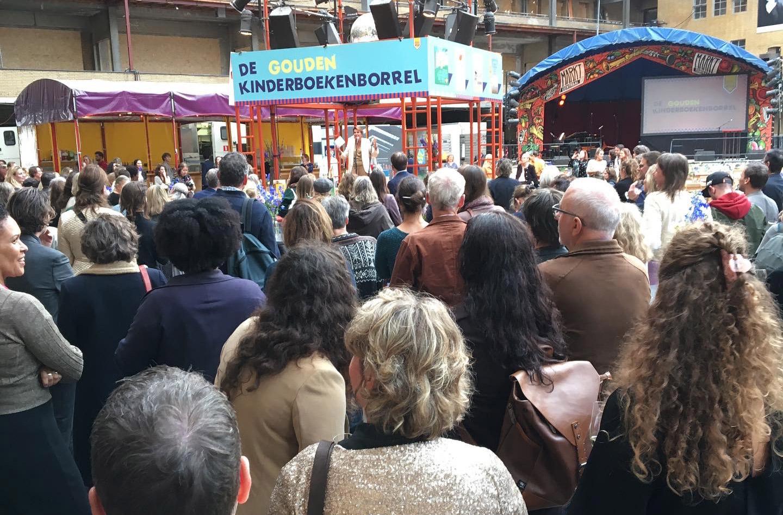 Foto menigte mensen die naar podium kijken